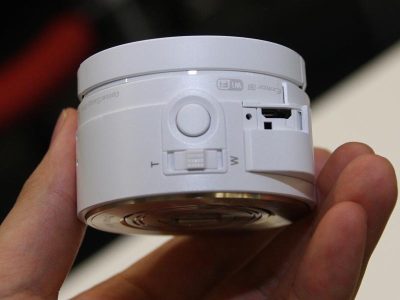 QX10は、QX100に比べコンパクトな本体で、光学10倍ズーム対応