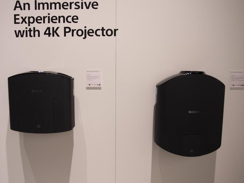 4Kプロジェクタ「VPL-VW500ES」(左)と、「VPL-VW500ES」(右)のサイズ比較(本体を上から見たところ)