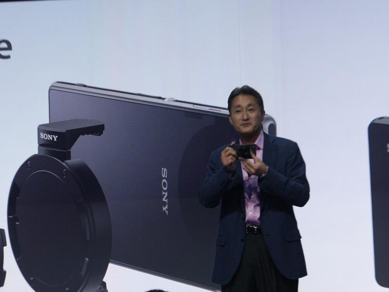 平井氏自らが「Lens Style Camera」の使い方をデモ
