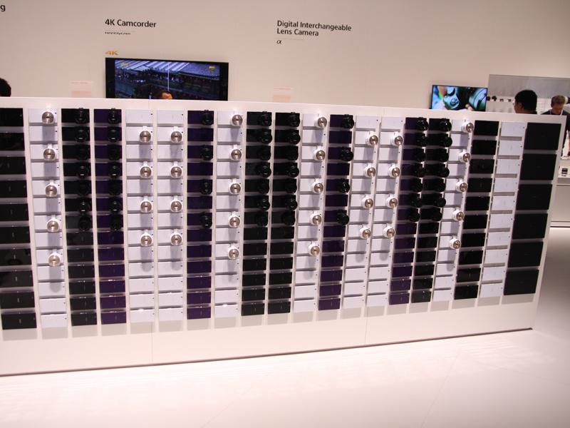 QX10/100を大量に並べた展示も