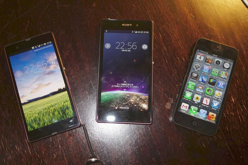 左から、Xperia Z(日本・ドコモモデルのSO-02E)、Xperia Z1、iPhone 5。サイズはZ1が一番大きい。横幅はZとあまり変わらない。