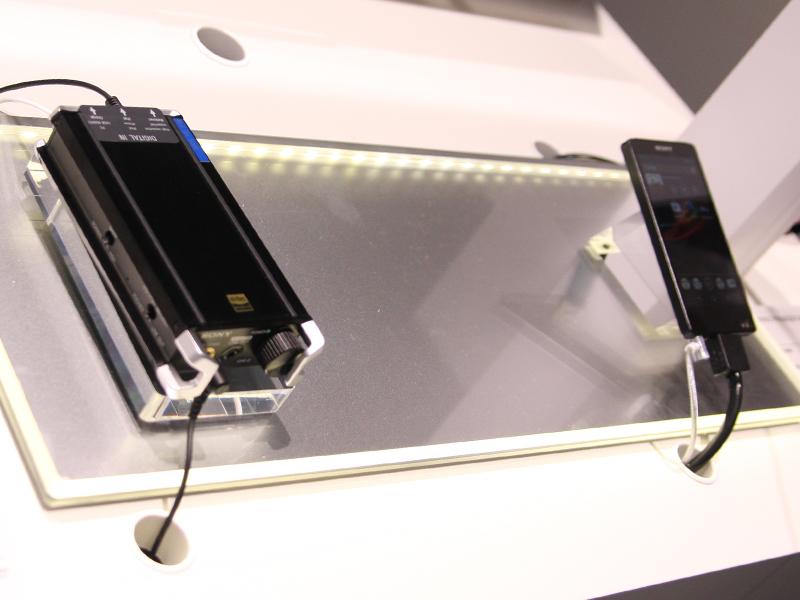 ポータブルアンプの「PHA-2」(左/参考出展)とウォークマンのNWZ-F886(右)