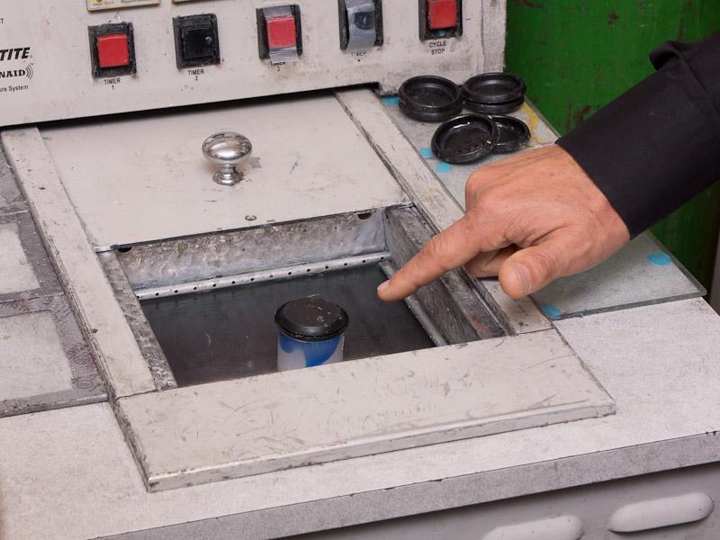 UV照射機に入れ、決められた時間UVを照射し、原料を硬化させる