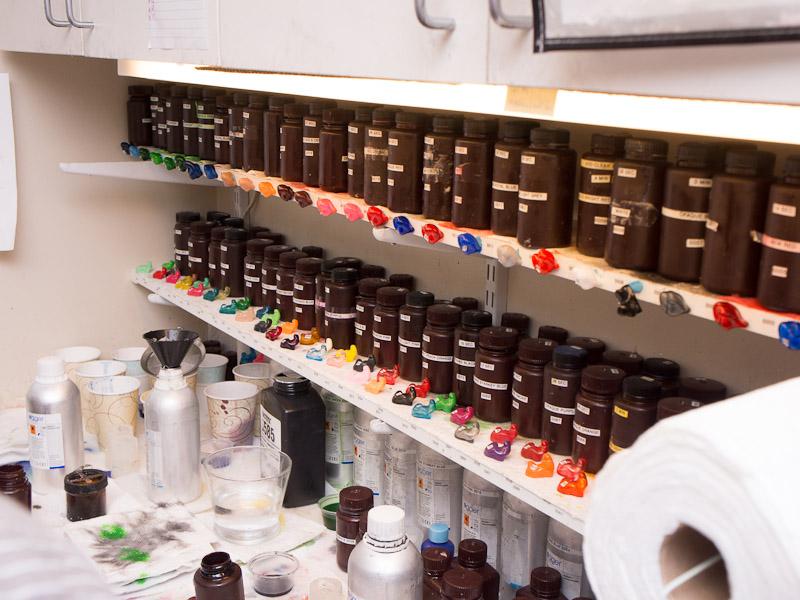 色の異なる原料が所狭しと並べられている
