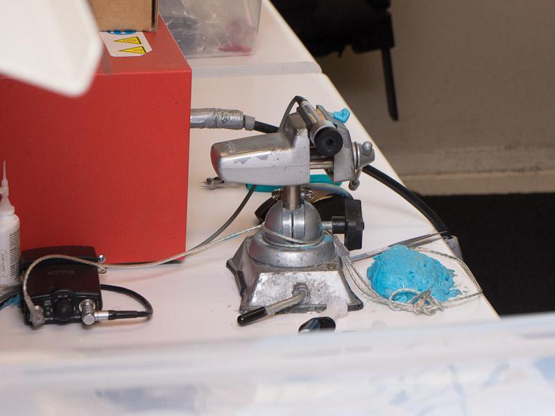 ユニットを入れ、マイクで測定し、調整。これを繰り返し、異なるハウジング形状のイヤフォンでも、同じ音へとまとめあげていく