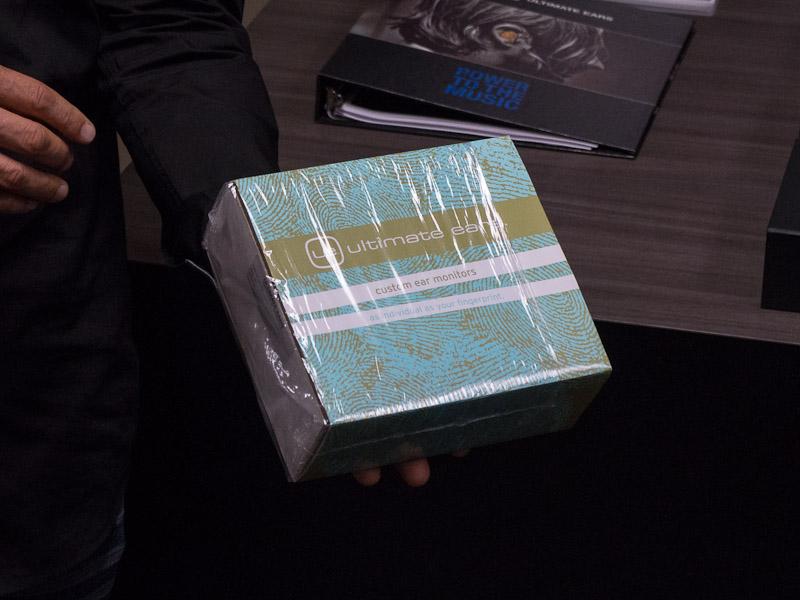 初代の外箱。確かにUEのロゴが見にくい