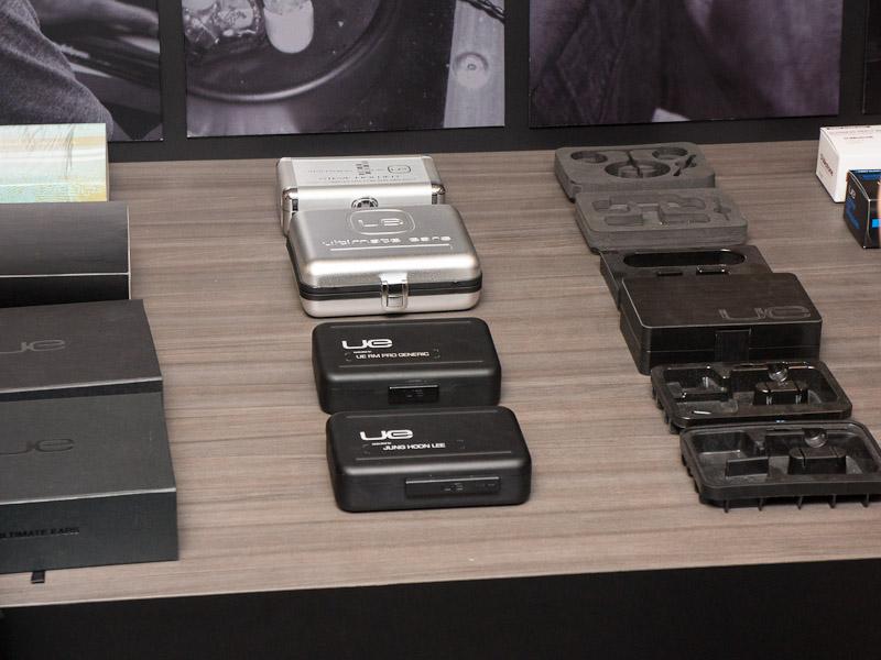 中央にあるのが専用ケース。上の銀色のものが昔のケースで、下の黒いケースが現在のもの。確かにサイズが小さくなっている