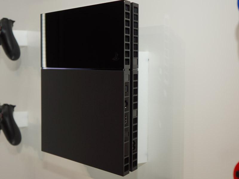 背面。HDMI、アナログAV出力、光デジタル出力などを備えている
