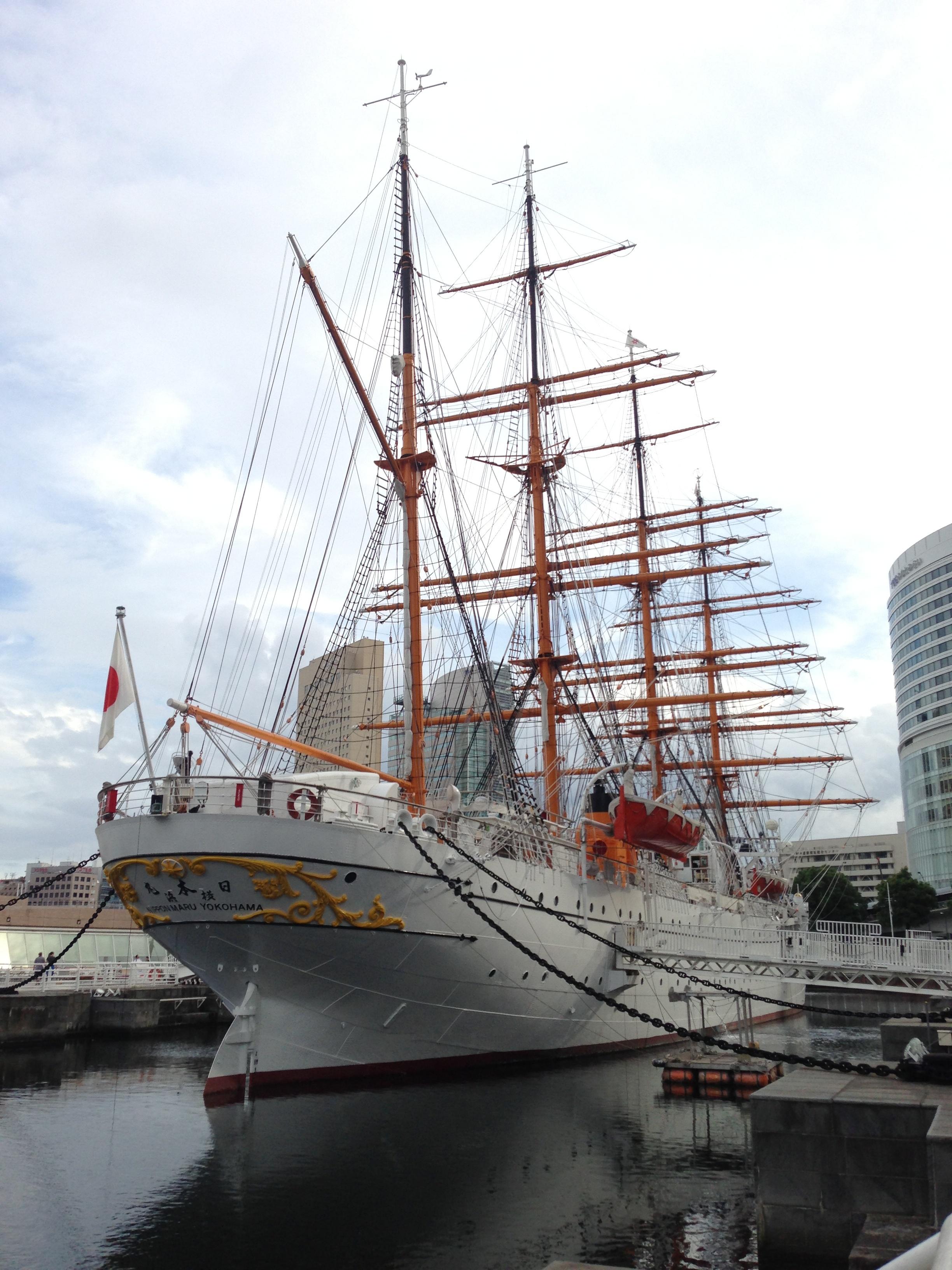"""横浜での撮影サンプル。特に黄色い部分の表現や、白い船体のディテールに着目<br class="""""""">*無劣化での回転処理を施しています"""