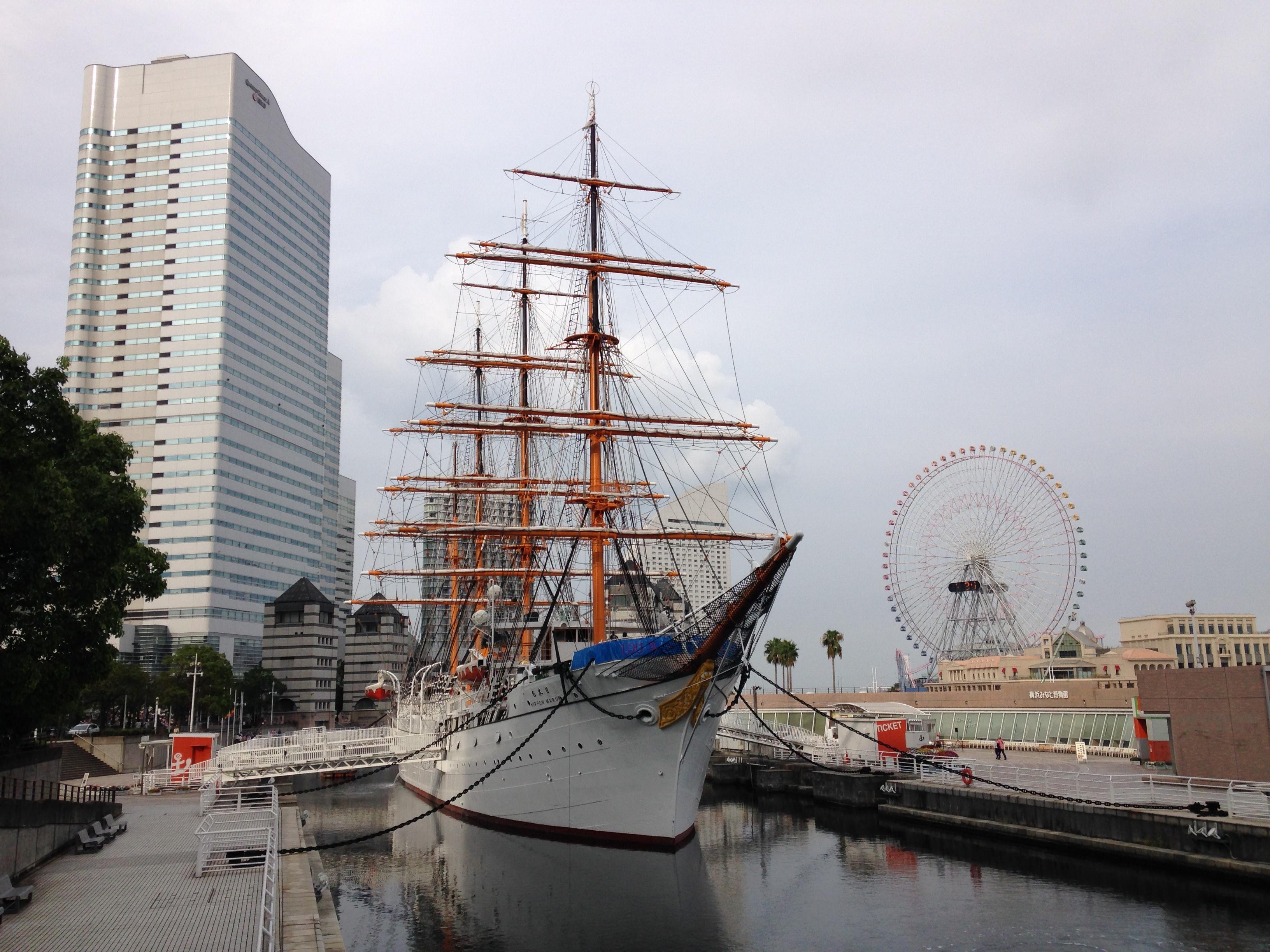 """横浜での撮影サンプル。少々曇り空だったため、全体に暗め。空のノイズ感・木立の再現度・マストの色彩感などに注目<br class="""""""">*無劣化での回転処理を施しています"""