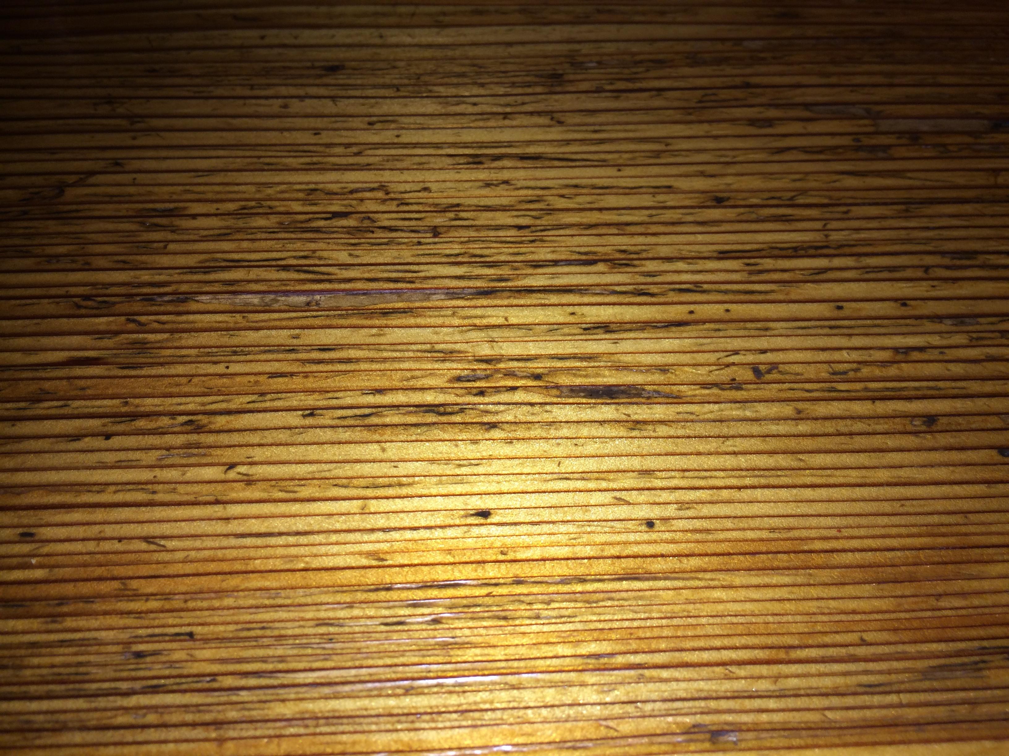あえて机の上にLEDフラッシュの光を反射させて撮影。iPhone 5の光は「青白い」が、iPhone 5sの光は「自然」な印象の色であることがわかる