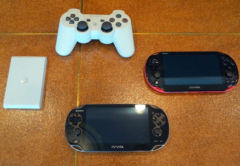新PlayStation Vita(VTE-1000 AB01)とPlayStation Vita TV