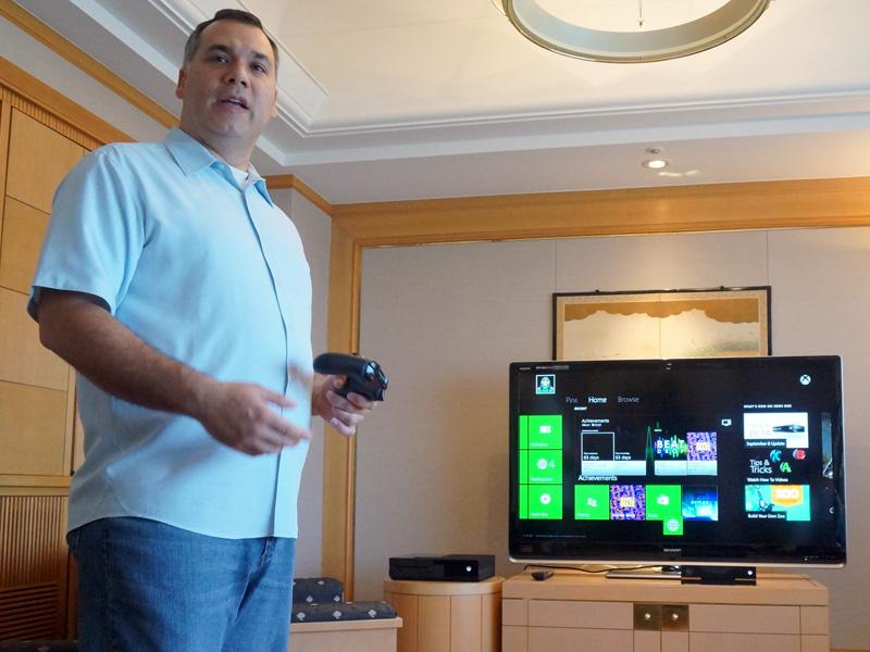マイクロソフト・Xbox プロダクトプランニング シニアディレクターのアルバート・ペネロ氏。出荷版に近いソフトウエアと実機を使った開発機材を使いデモが行なわれた
