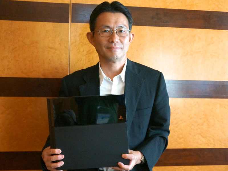 ソニー・コンピュータエンタテインメント SVP 兼 第一事業部 事業部長の伊藤雅康氏。手にしているのは、PS4の実機だ