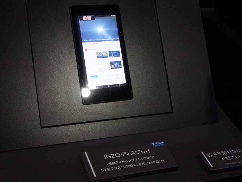 スマートフォン向けの5型、1,920×1,080ドットのIGZOディスプレイも参考展示