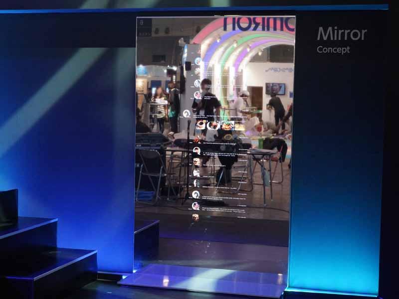 ミラーディスプレイ。映像が表示されていない部分が鏡になっている