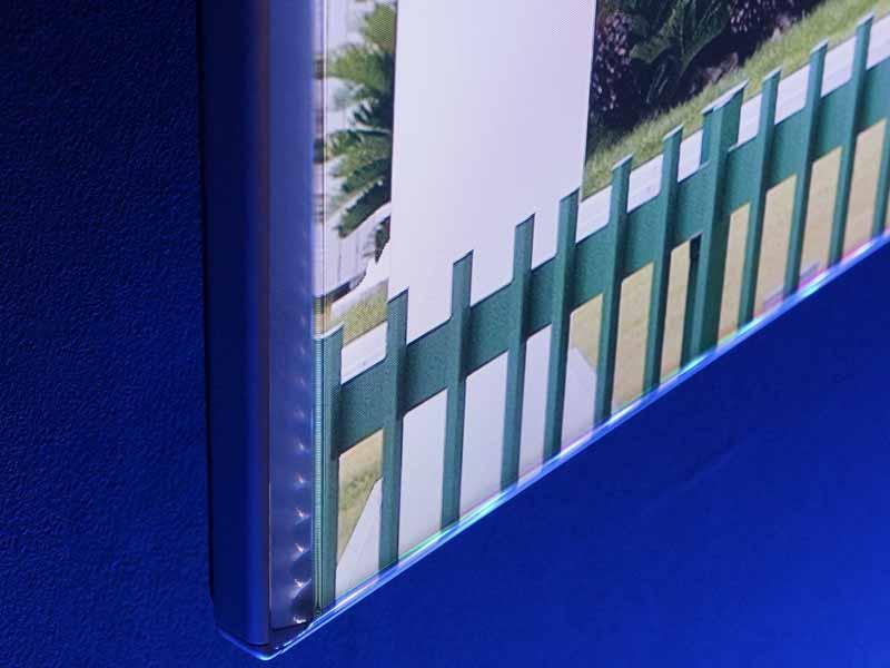 通常のディスプレイと比べ、ガラスに厚みがあるのが特徴