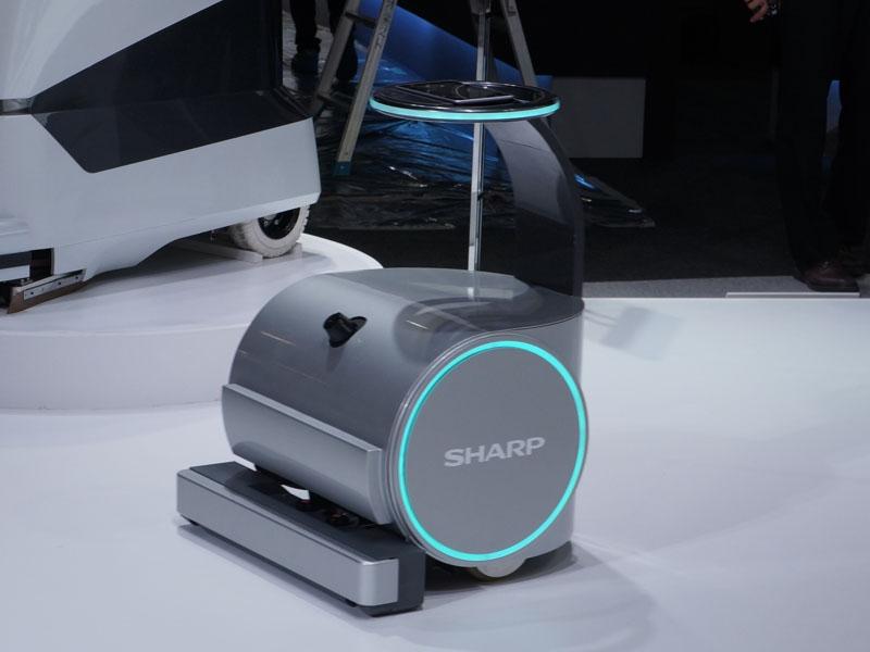 清掃ロボット。左の写真は業務用のドライ清掃ロボットで、掃除機やモップで人間が行なっていた掃除を自動化できる。右の写真は業務用の店舗掃除ロボット。利用者が多く、汚れが強い場所で水を用いたブラシ清掃ができる。いずれも指定ルートの走行や、障害物の回避機能を備えている