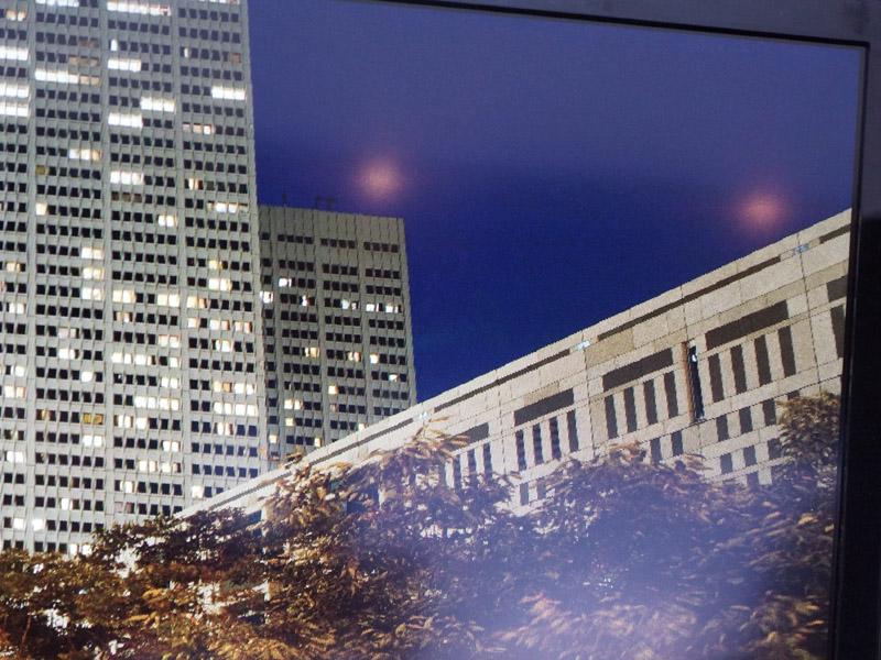 こちらがフルHDの表示。窓の形状や建物の斜め線がギザギザ、カクカクしている
