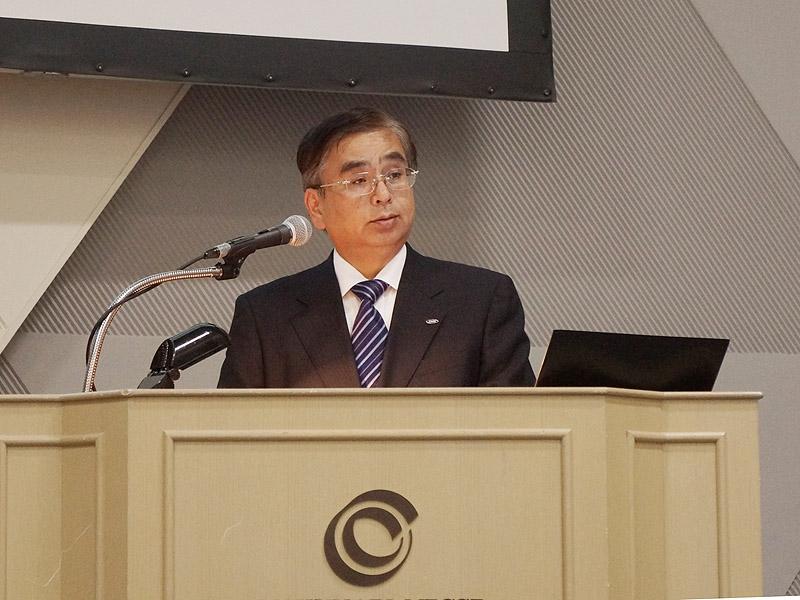 30日に開催した発表会で、クアトロン プロを説明する代表取締役 副社長執行役員 技術担当の水嶋繁光氏
