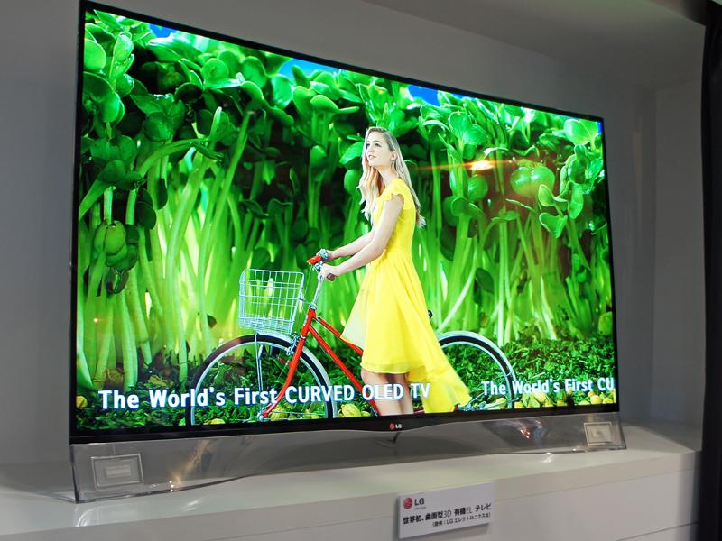 LGの55型曲面有機ELテレビ。左右の下部にピエゾフィルムスピーカーを搭載している