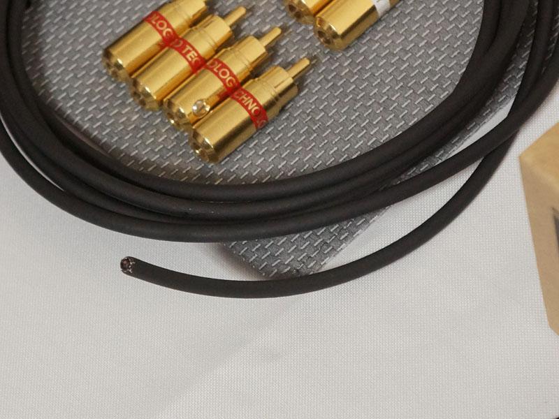 このようにプラグの内部にある針を、ケーブルに突き刺す事で接続。根元を締めてケーブルが完成する