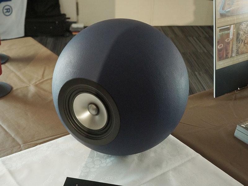 独特な形状のスピーカーを多く手掛けるblancoの新製品は、球体。「BALLON」というモデル名で、MDFを積層したブロックを削って球体にしている。12月1日発売で価格は未定だが、ペア30万円程度を予定しているという