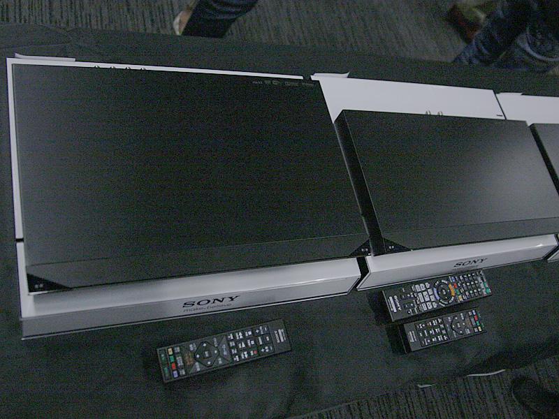 ET1100(左)とEW1100(右)は奥行きが約5cm異なる