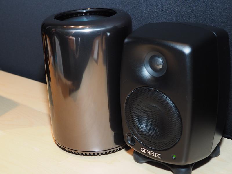 左がMac Pro。右はGENELECの小型モニタースピーカー