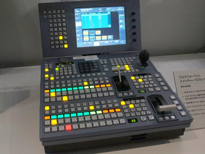 ソフトウェアによって4K対応にまとめられた「MVS-8000X」のコントロールパネル。本来は最大4M/Eの大型スイッチャーだが、束ねることで機能が減るため、小型パネルでも制御できる