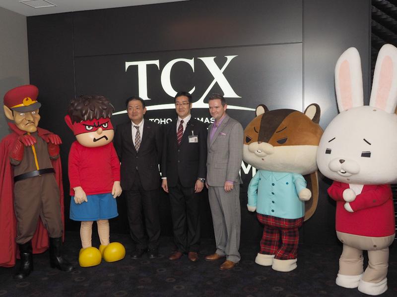 中央の3人は、左からTOHOシネマズの瀬田一彦社長、米Dolby LaboratoriesのStuart Bowling氏、TOHOシネマズ ららぽーと船橋の長瀬暢宏支配人