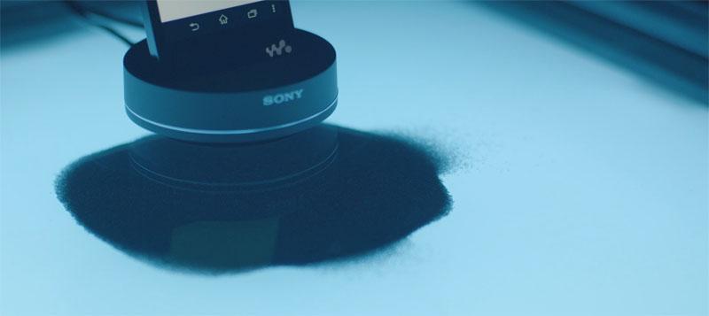 ウォークマンの下にある床に音の振動が伝わると、その上にある砂が共鳴周波数に応じた幾何学模様を描く