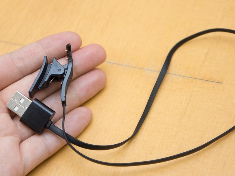 このような充電クリップでイヤフォンの端子部を挟むようにして固定し、充電する