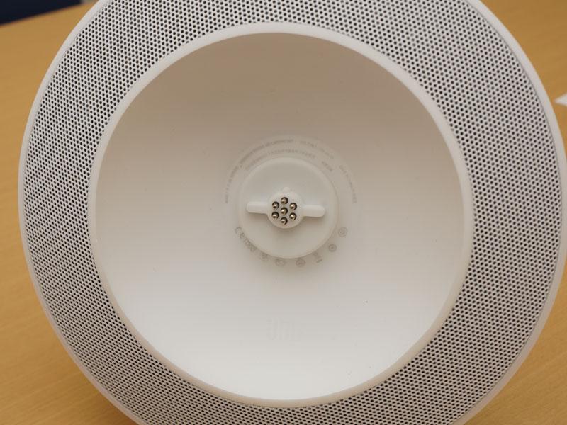 サブウーファ側の接続部分。マグネットでポータブルスピーカーを固定する