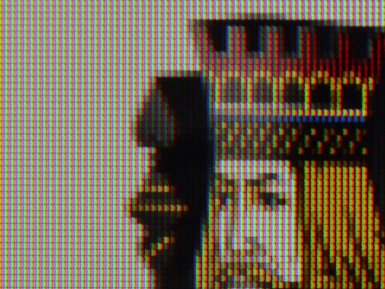 画素形状は(逆)「く」の字型。REGZA Z7と同系と思われるIPS型液晶