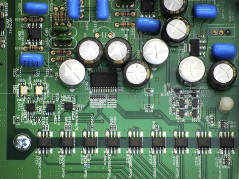 デジタル・アイソレータを搭載してPCとDA-300USBのデジタル回路を電気的に絶縁している