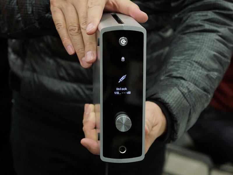 縦置き、横置きどちらも可能で、ディスプレイの表示方向は自動で変化する