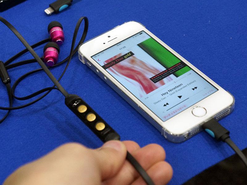 eme audioのiA10 E。写真はLightningモデル。iPhoneのLightningコネクタとカナル型イヤフォンを直接接続できる。リモコン部分にDACを搭載