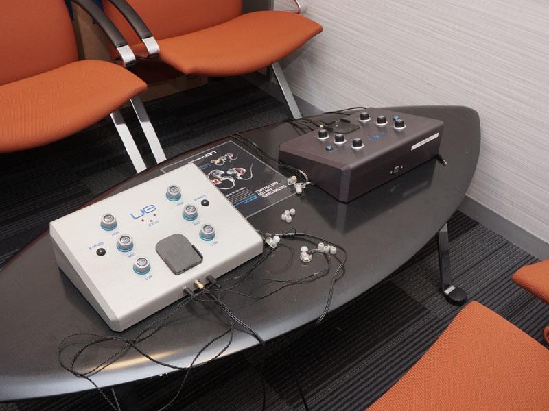 会場脇の別室で、注文者が音のカスタマイズも依頼できる。写真は、そのために使う専用機で、高域、中域、低域を調整するために、3つのダイヤル(左右で6個)を備えている。イヤーピースを用いた試聴機を聴きながら、ダイヤルを回し、理想とする音を見つけていく