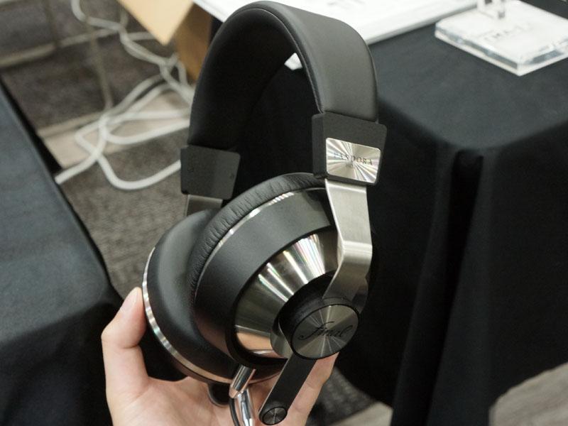 ファイナルオーディオデザインは、12月中旬から発売を開始している同社初のヘッドフォン「PANDORA HOPE VI(PI-PA6BD)」を展示(実売64,800円前後)。50mmダイナミックと、BAユニットを搭載したハイブリッド仕様が特徴。BAはハウジング内の前側やや上に装備している