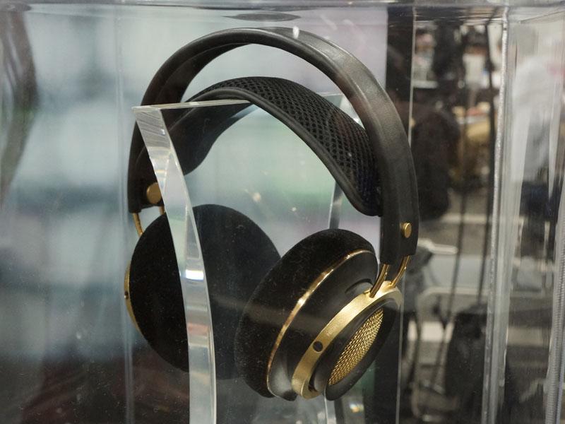 Philipsブースでは、最上位ヘッドフォン「Fidelio X1」のゴールドバージョンを参考展示。海外では販売されているが、日本での販売の予定は無いという