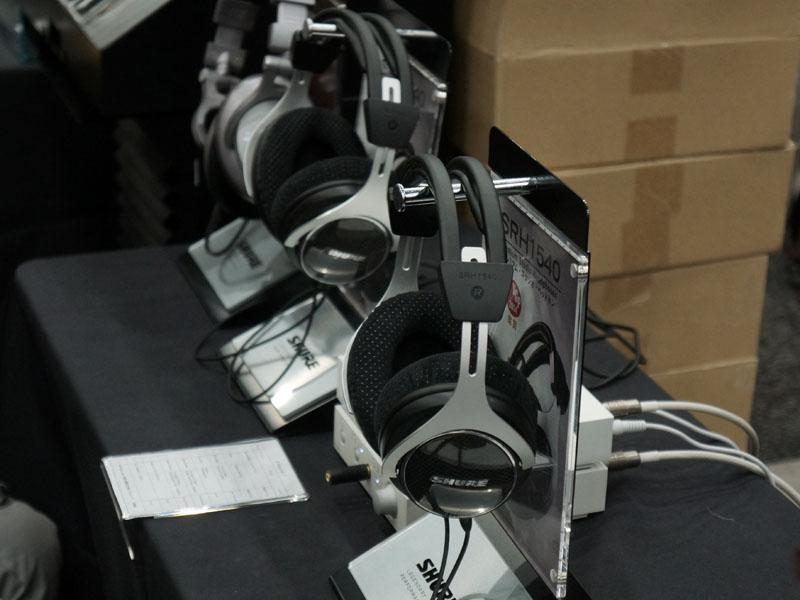 Shureのブースでは、12月12日から発売を開始している密閉型ヘッドフォン「SRH1540」が注目を集めている。また、懐かしのモデルとして「E1」や「E5」なども展示。同社の歴史がわかるようなブースになっている