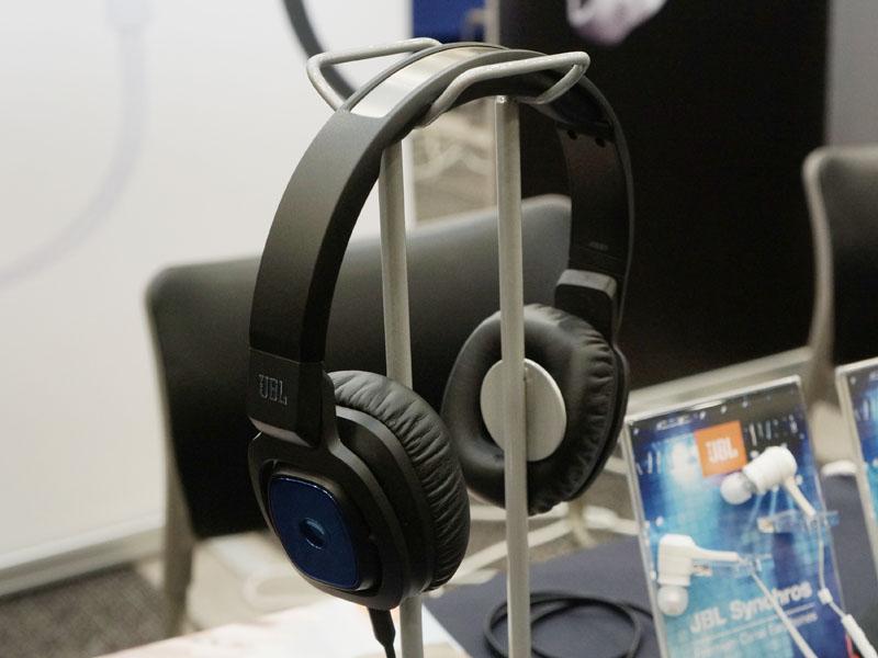 ハーマンインターナショナルのブースでは、12月発売のJBLブランドBluetoothヘッドフォン「J56BT」など、新製品を展示。ダイナミックの密閉型Bluetoothヘッドフォンで、付属の1.2mケーブルを接続すればパッシブのヘッドフォンにもなる