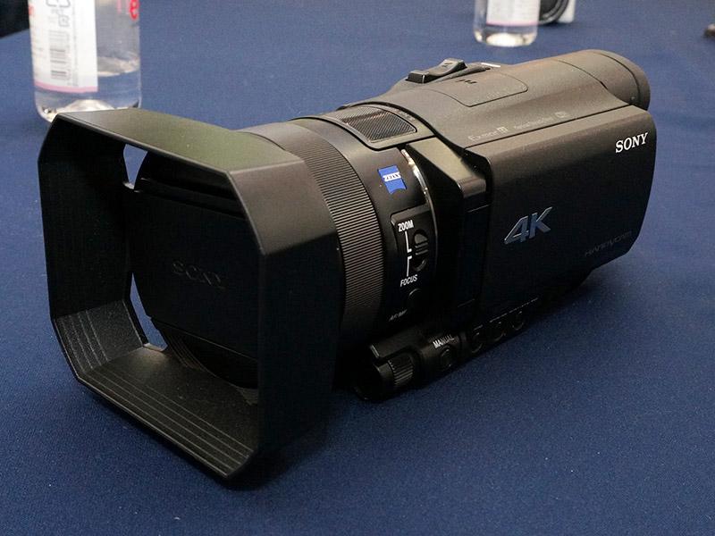FDR-AX100(レンズフード装着時)