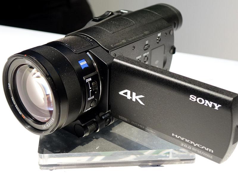 文字通りのハンディサイズ、4Kカメラ「FDR-AX100」