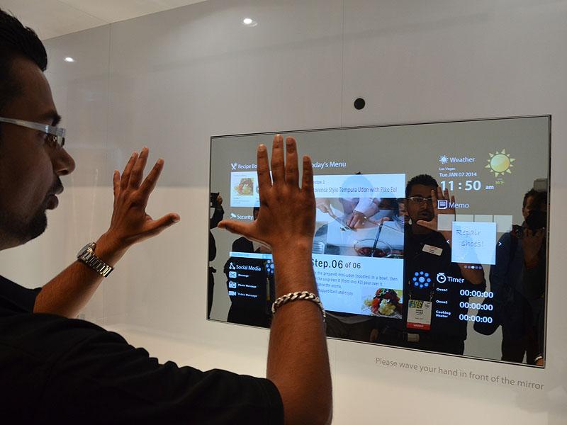 カメラデバイスを駆使してユーザーの手の動きをトラッキング。ドキュメントのページ送りなどの操作が行なえる。電源をOFFにすれば鏡として利用出来る