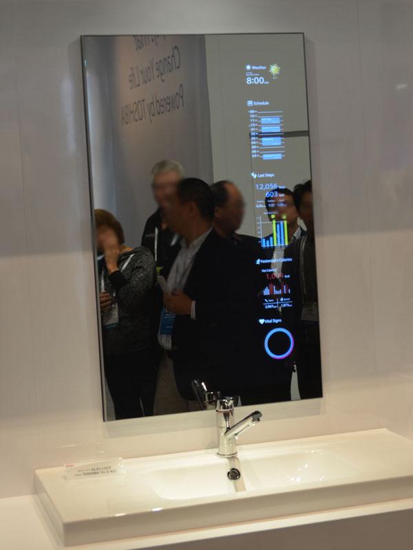 洗面所設置向きのグラスルーチェン。アクティビティトラッカーと連動して、健康状態情報を表示するデモ