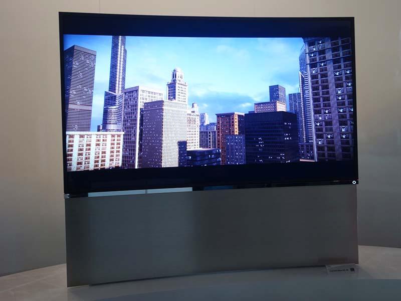 東芝が展示したカーブド型テレビ。液晶パネルを使っている。現状では参考展示