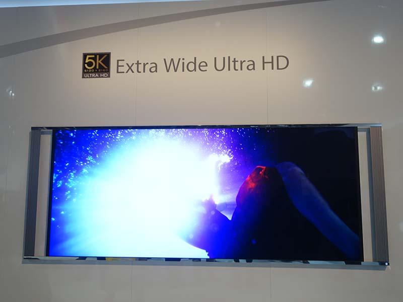 東芝の21:9型テレビ。横が5Kなので「5Kテレビ」と言われる。特殊なカメラを使って撮影した「ネイティブ5Kコンテンツ」でデモが行なわれた