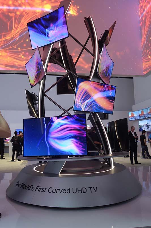 サムスン電子は、「世界初の4Kカーブドテレビ」を訴求。ブース中にカーブド・テレビが展示されていた